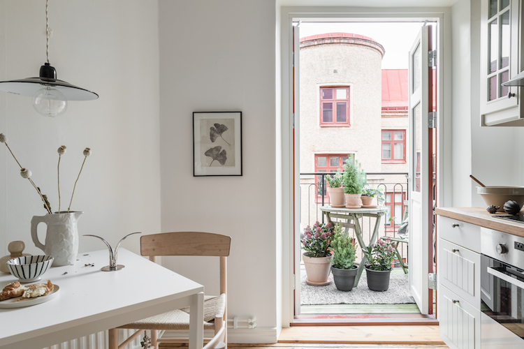 Small Space Inspiration: A Lovely One Room Gothenburg Flat