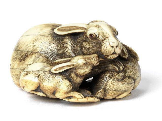 """Tomotada verksam i Kyoto, andra hälften av sjuttonhundratalet. Netsuke i elfenben förställande """"Haren med bärnstens ögon""""."""