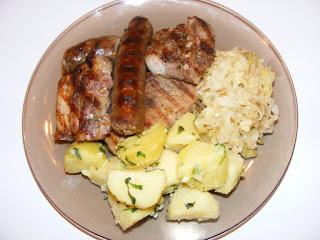 retete friptura din carne si carnati de porc la gratar cu salata de varza si cartofi natur, retete culinare, retete de mancare, mancaruri cu carne, grill,