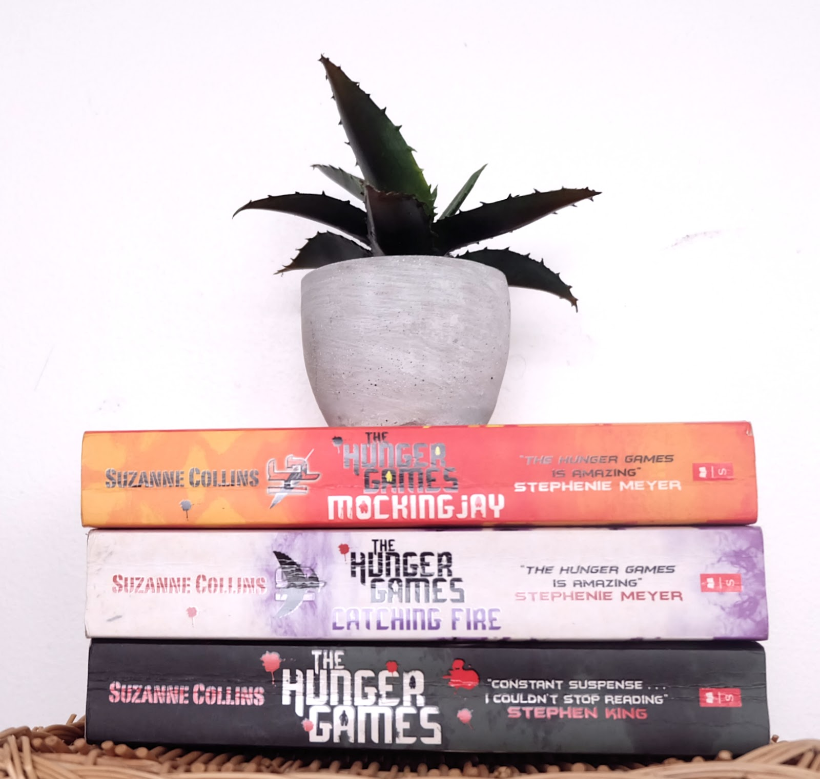 the hunger games trilogy book review, the hunger games, suzanne collins, young adult fiction, dystopian future fiction,