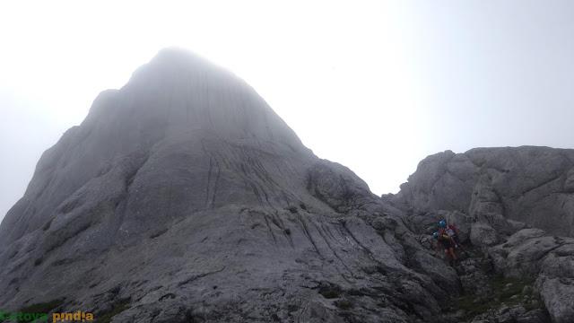 Vista atrás del Requexón entre la niebla