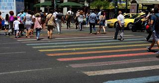 Oι διαβάσεις πεζών στο Σύνταγμα βάφτηκαν στα χρώματα του Athens Pride