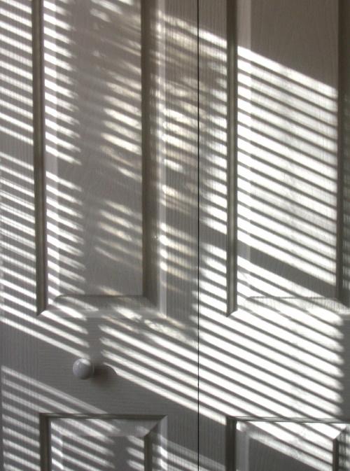 #PraCegoVer: Porta iluminada pelo sol.