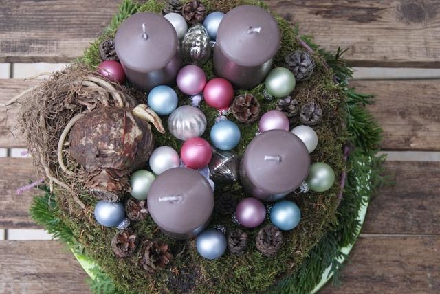 DIY Adventskranz im Naturlook mit Amaryllis und Kugeln in Pastelltönen