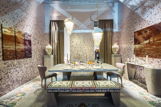 Foto de uma simulação de um ambiente com móveis brancos e parede texturizada.