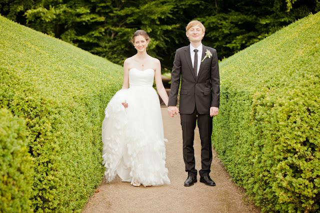 8edd0c10 Vi elsker de gule detaljene som passer perfekt inn i dette romantiske og  stilige bryllupet, som fant sted i brudgommens foreldre sitt hus. Nyt denne  vakre ...