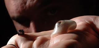 El dispositivo -éste en particular- fue invento de Rob Spence, quien actualmente tiene 43 años y se sometió a una cirugía y reemplazó su ojo con ésta cámara: wearable. Tiene algunas imposibilidades, de hecho solo graba 3 minutos porque se puede calentar y causar inconvenientes en la salud.