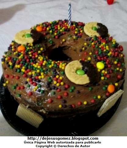 Foto a una torta de chocolate bañado de manjar y decorado con galletas y wafers. Foto de torta tomada por Jesus Gómez