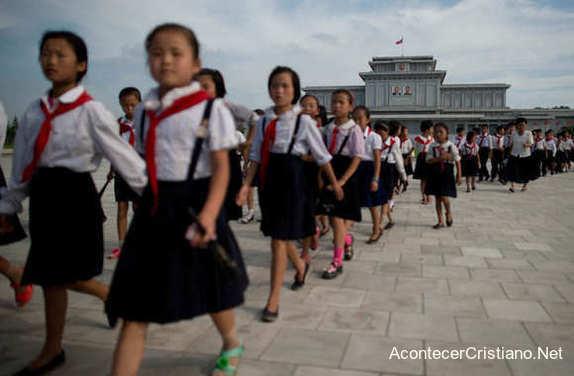 Niños estudiantes en escuela de Corea del Norte