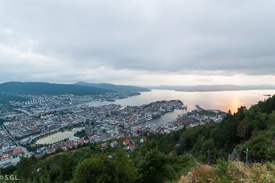Bergen, embarcando en Hurtigruten. De crucero por el litoral noruego