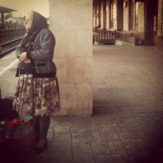 Resultado de imagen para anciana sentada en tren