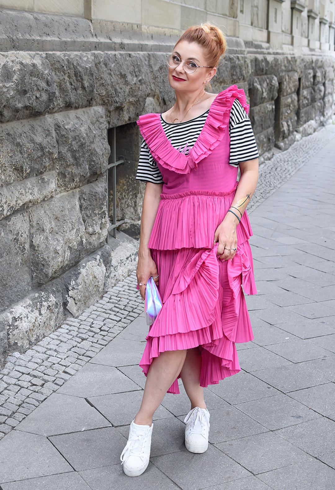 so kombinierst Du Turnschuhe zu einem Kleid, wie style ich Sneaker und einen Rock