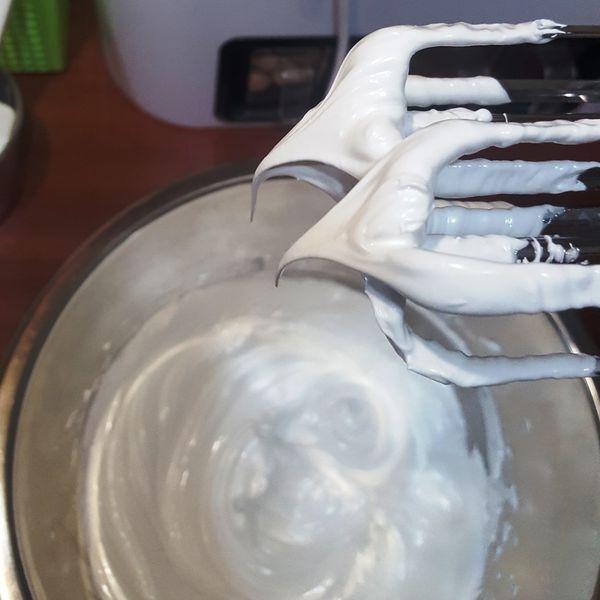 用打蛋機將蛋白打至幕斯狀
