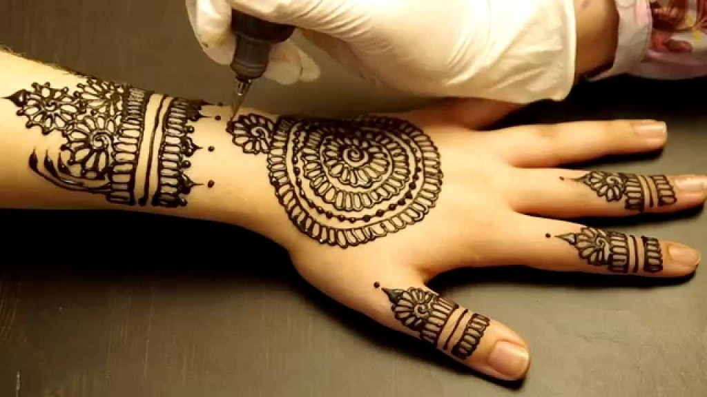 Round Arabic Mehndi Design With Bangles