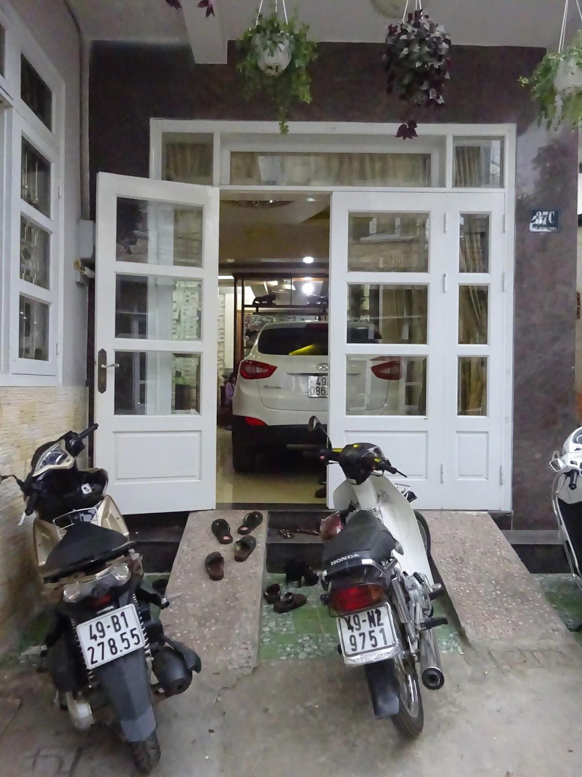 Hier In Vietnam, Oder Generell In Südostasien, Wird Das Wohnzimmer Auch Als  Garage Benutzt. So Werden Dann Jeden Abend Die Roller Oder Wie In Diesem  Fall ...