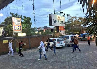 BIADAB!! Lima Orang Preman Ini Keroyok Umar Ali Laskar FPI di Depan Restoran, Lihat Berita Selengkapnya...