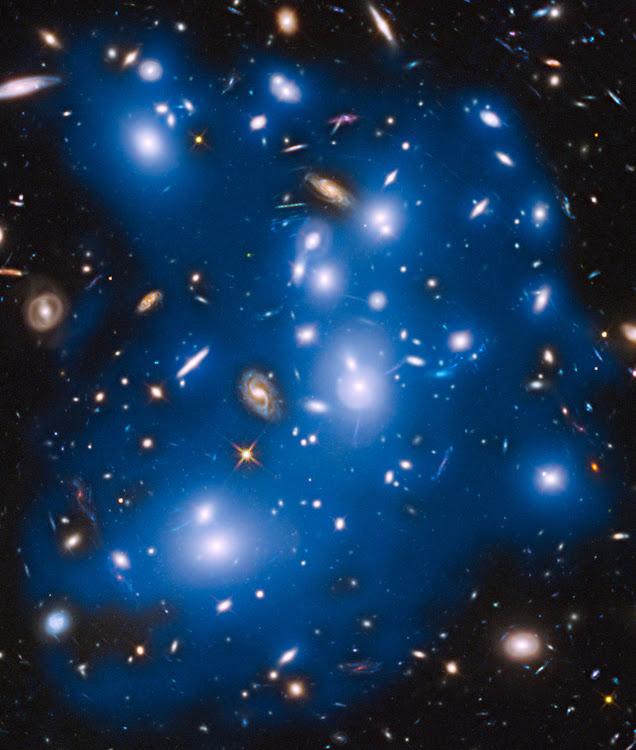 Cụm Thiên hà Abell 2744 trông như một con ma khổng lồ trong vũ trụ. Hình ảnh: NASA, ESA, IAC, STScI.