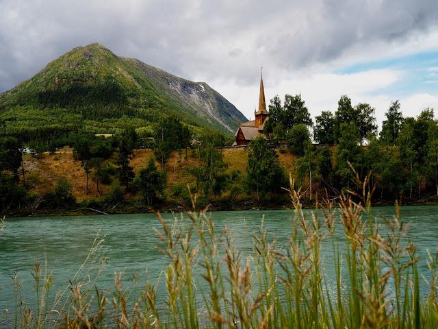 Lom, řeka Bovra, kostel Staykyrkje, Norsko