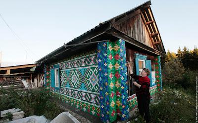 Mulher decora casa com 30.000 tampinhas de plástico