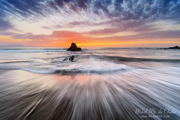 Roca en la playa de Sopelana al atardecer