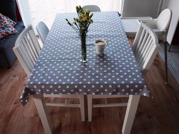 białe meble w jadalni - stół i krzesła z ikea dla całej rodziny z dziećmi