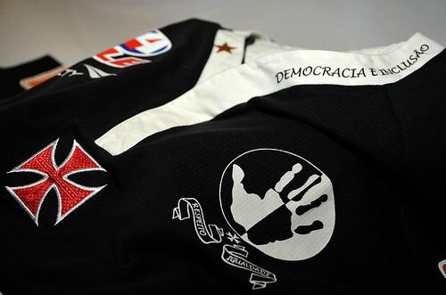 14ec690f4d794 ... do uniforme número 3 desse ano da Penalty (com o detalhe da mão preta e  branca aberta contra o racismo), e aí estão as duas que considero muito  bonitas