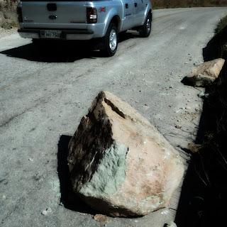 Pedaço de Rocha Comparado com Camionete