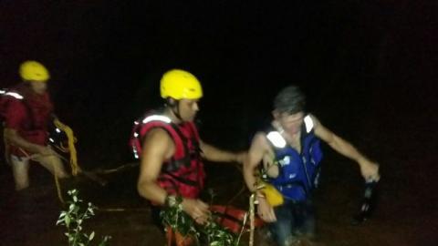 Barco vira e homem fica agarrado a tronco no rio por 4 horas em Cantagalo
