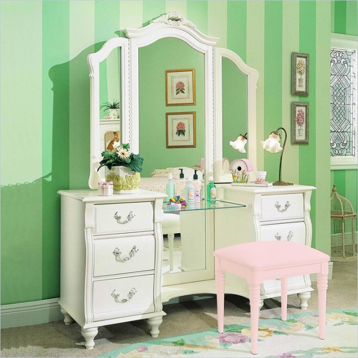 Bedroom vanities a new female 39 s best buddy dreams house for Cute makeup vanity