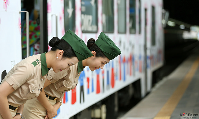 Mistakes to avoid when you visit korea korea blog some people shake hands some kiss the air next to the cheeks and some hug each other as a way of greeting in korea m4hsunfo