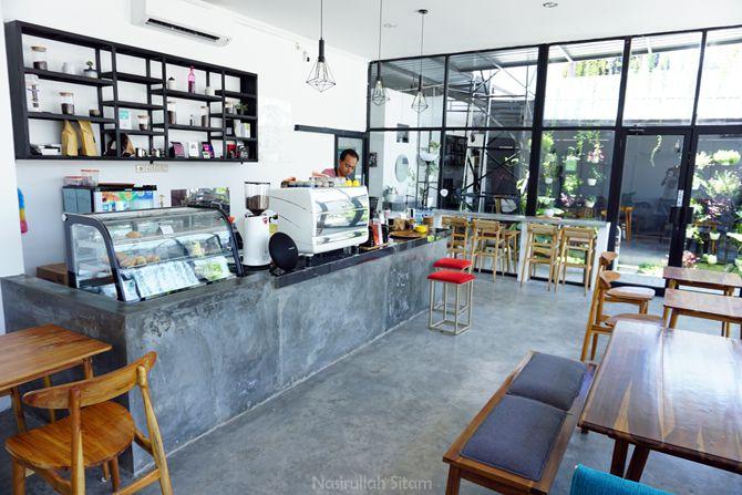 Suasana di dalam kedai Kene Coffee Jogja kala pagi