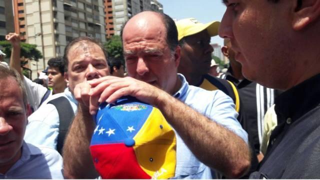 Golpearon y le echaron gas pimienta a Julio Borges en marcha hacia la AN (Video)
