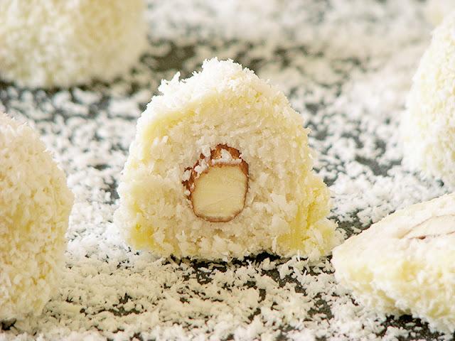 Bouchées à la noix de coco, amandes et chocolat blanc - le carnet sur l'étagère