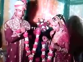 ¿La novia más torpe?: Una joven 'se atasca' en el rito nupcial indio