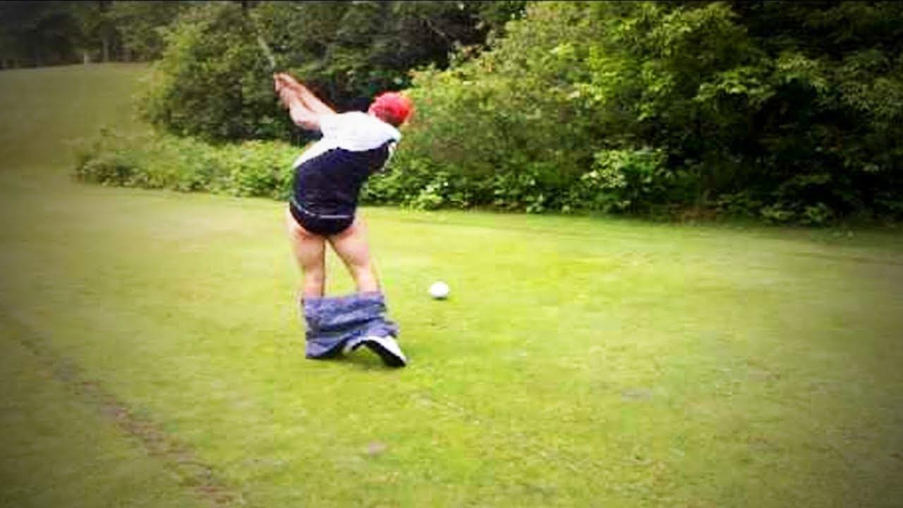 Um homem jogava golfe com um padre…