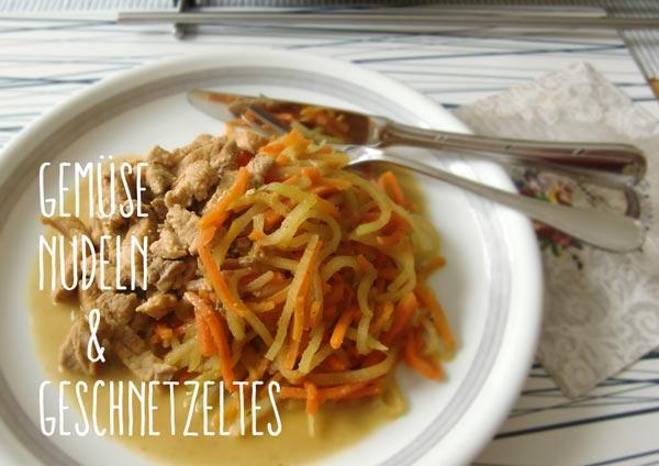 Teller mit Gemüse-Nudeln und Geschnetzeltem