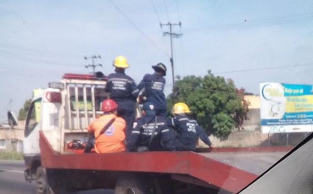 Por falta de Camiones, Bomberos se trasladan en Grúas para apagar incendios