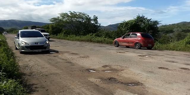 Trecho da rodovia AL-145 que liga os municípios de Pariconha e Água Branca apresenta centenas de buracos