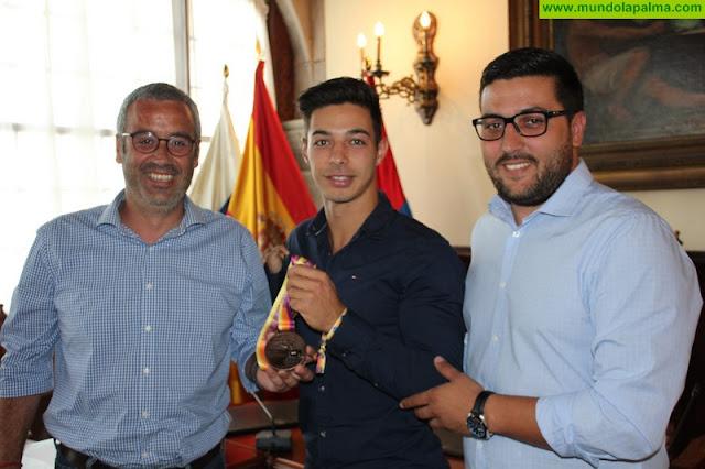 El Ayuntamiento de Santa Cruz de La Palma felicita a Carlos Pérez tras su medalla de bronce en el europeo de atletismo adaptado