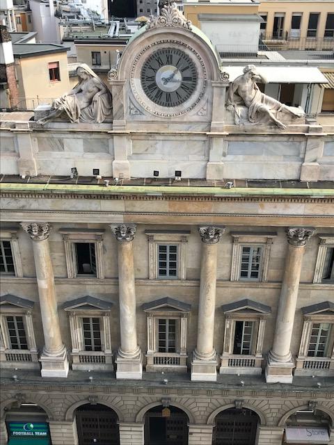 イタリア・ミラノのドゥオーモから見た時計 巨大