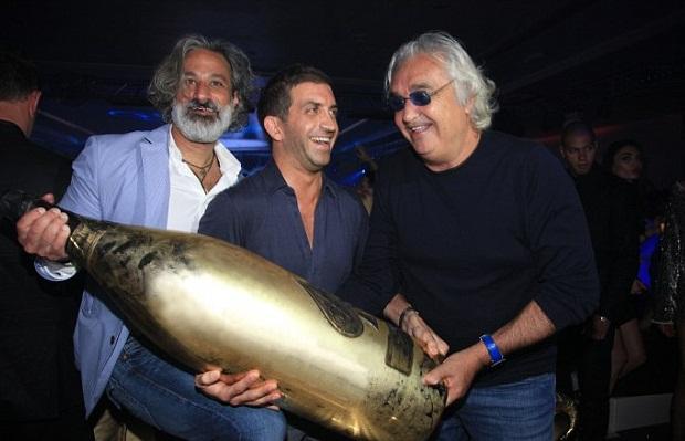 Armand de Brignac Champagne, Charles Shaker y Flavio Briatore la botella Armand de Brignac champagne en Billionaire Club de Monte Carlo, de 30 litros