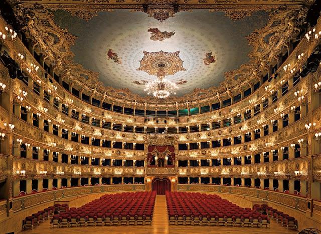 Interior do Teatro La Fenice em Veneza na Itália