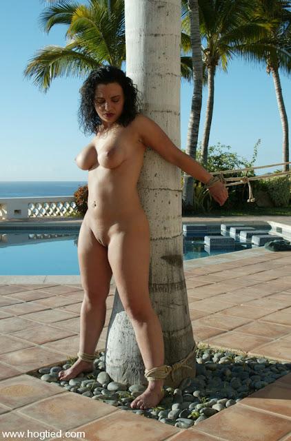 Jenya Soumise nue exhibée à un arbre en pleine nature