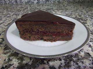 Tarta de chocolate con mermelada de fresa