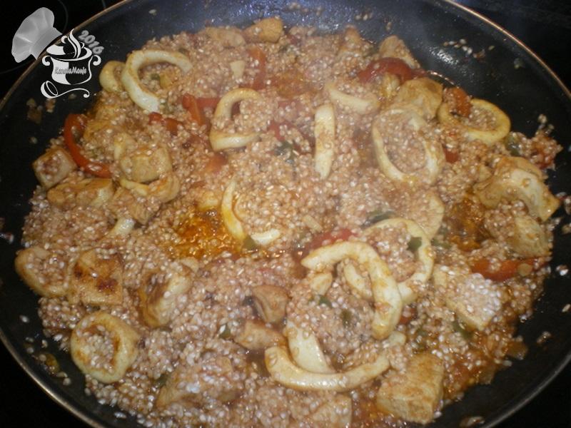 añadir arroz a paella