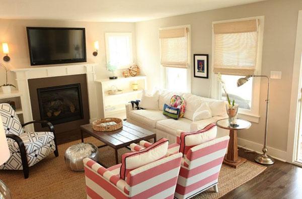 şömineli oturma odası dekorasyonu pembe koltuklar