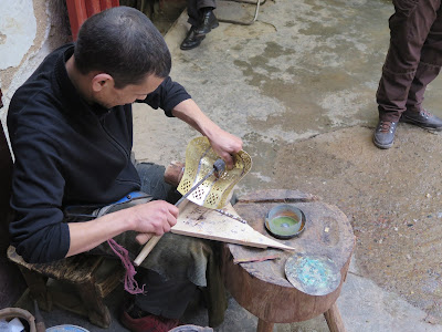 Artesano del latón en la medina de Fez