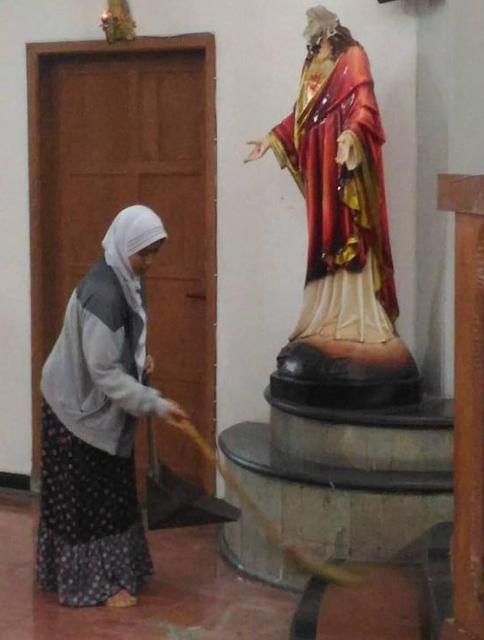 Muslimah Berhijab Terciduk Membersihkan Gereja St.Lidwina