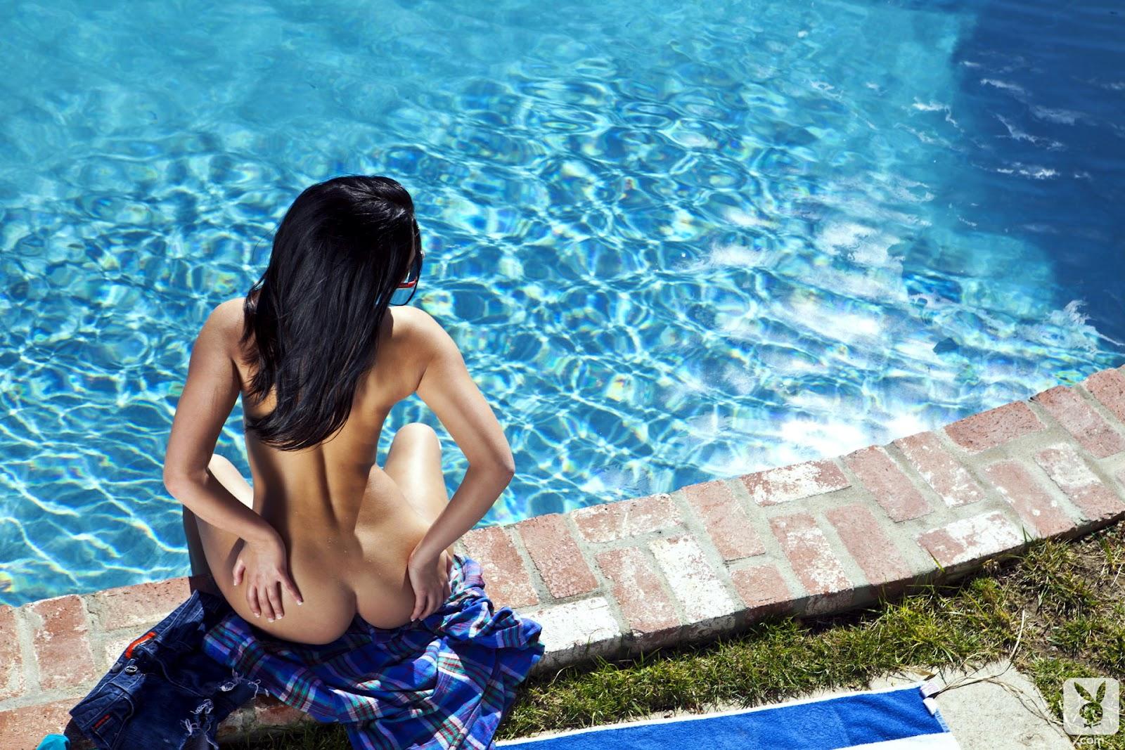 Брюнетка в голубом соблазнила возле бассейна