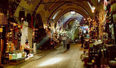The Old Bazaar has a rectangular plan and the plan of bazaar of Sartopuleh is also in the form of a big rectangle. The architecture of Old Bazaar is inspired from the bazaar near Naghsh Jahan Square in Isfahan.